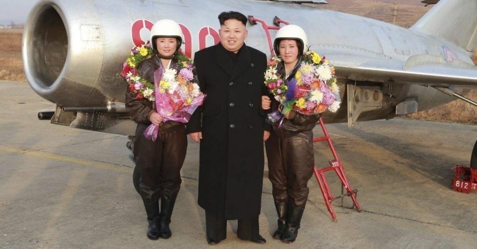 28.nov.2014 - O líder norte-coreano Kim Jong-un posa com duas militares da Força Aérea do país em centro de treinamento para pilotos de caças em Pyongyang. A imagem foi divulgada pela agência oficial de notícias da Coreia do Norte, KCNA