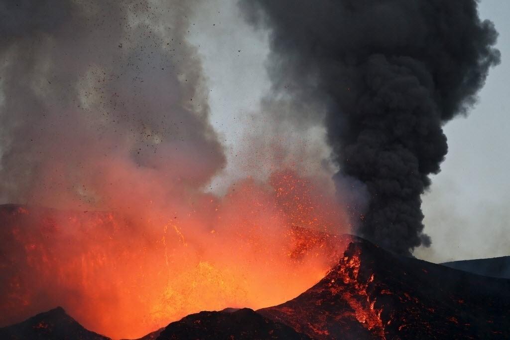 28.nov.2014 - Vulcão em Chã das Caldeiras, Cabo Verde, entrou em erupção na manhã de domingo (23) e continuou a expelir lava nesta sexta-feira (28). As cidades vizinhas ao vulcão foram evacuadas e o governo decretou situação de alerta