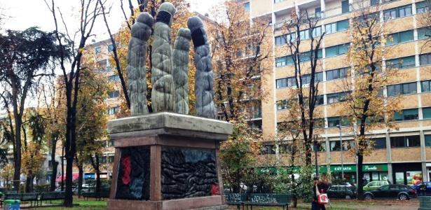 Escultura instalada em praça da cidade italiana de Milão - BBC