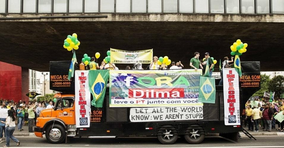 29.nov.2014 - Em protesto contra o PT na Avenida Paulista, em São Paulo, manifestantes pedem a saída da presidente Dilma Rousseff do governo. No alto do caminhão de som, o cantor Lobão discursou para o público presente na tarde deste sábado
