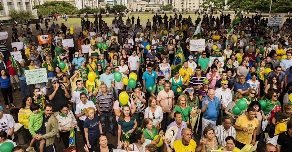 29.nov.2014 - Manifestantes contrários ao governo do PT se aglomeram no vão livre do Masp, na Avenida Paulista, em protesto que pede o impeachment da presidente Dilma Rousseff, na tarde deste sábado, em São Paulo