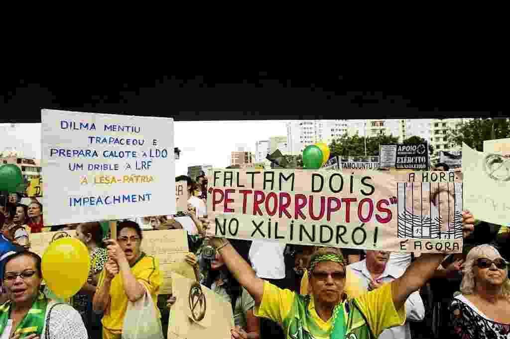 29.nov.2014 - Manifestantes erguem cartazes pedindo a saída da presidente Dilma Rousseff no vão livre do Masp, na Avenida Paulista, neste sábado. O protesto em São Paulo também contou com a participação do cantor Lobão - Eduardo Knapp/Folhapress