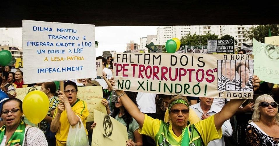 29.nov.2014 - Manifestantes erguem cartazes pedindo a saída da presidente Dilma Rousseff no vão livre do Masp, na Avenida Paulista, neste sábado. O protesto em São Paulo também contou com a participação do cantor Lobão