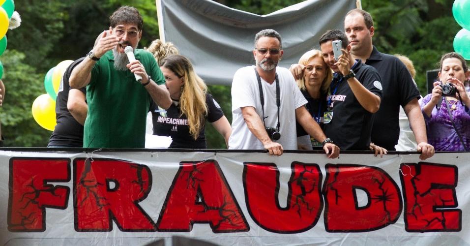 29.nov.2014 - O cantor Lobão discursa do alto de um caminhão de som durante protesto contra o PT na Avenida Paulista, em São Paulo, na tarde deste sábado. Os manifestantes levaram cartazes pedindo o impeachment da presidente Dilma Rousseff