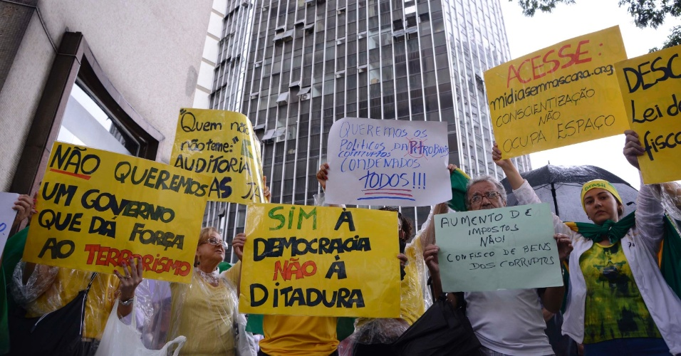 29.nov.2014 - Protesto pede impeachment da presidente Dilma Rousseff, na tarde deste sábado (29), na Praça Sete, em Belo Horizonte