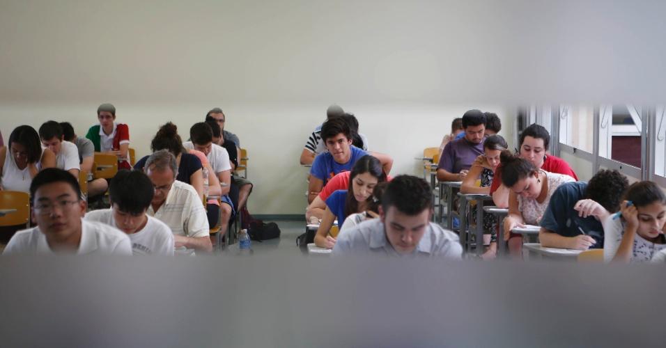 30.nov.2014 -- Candidatos fazem a primeira fase da Fuvest 2015. Prova tem 90 questões de múltipla escolha e os inscritos têm cinco horas para fazer a prova