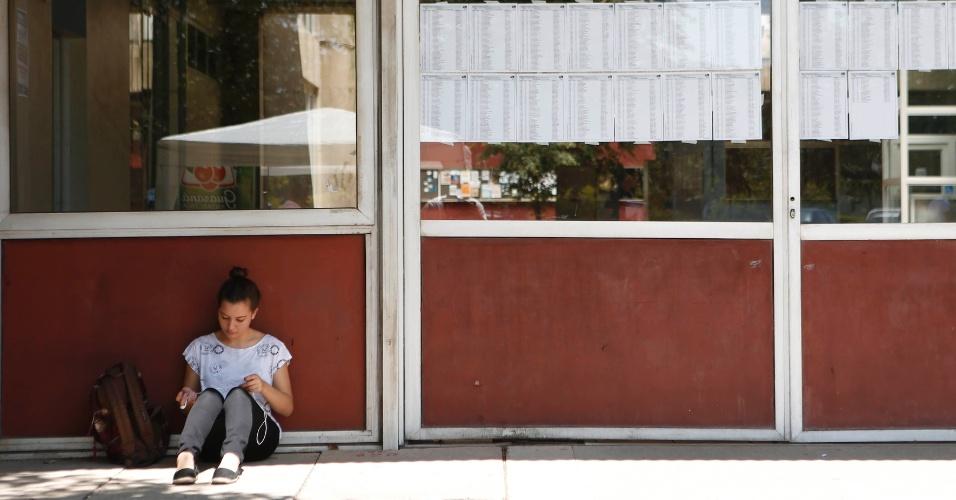 30.nov.2014 - Candidata aguarda a abertura de local de prova da primeira fase da Fuvest, que seleciona para a USP (Universidade de São Paulo) no prédio da Poli-Civil na Cidade Universitária, zona oeste de São Paulo