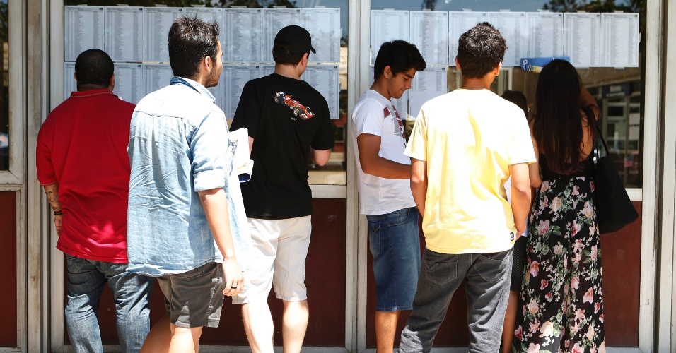 30.nov.2014 - Candidatos aguardam a abertura de local de prova da primeira fase da Fuvest, que seleciona para a USP (Universidade de São Paulo) no prédio da Poli-Civil na Cidade Universitária, zona oeste de São Paulo