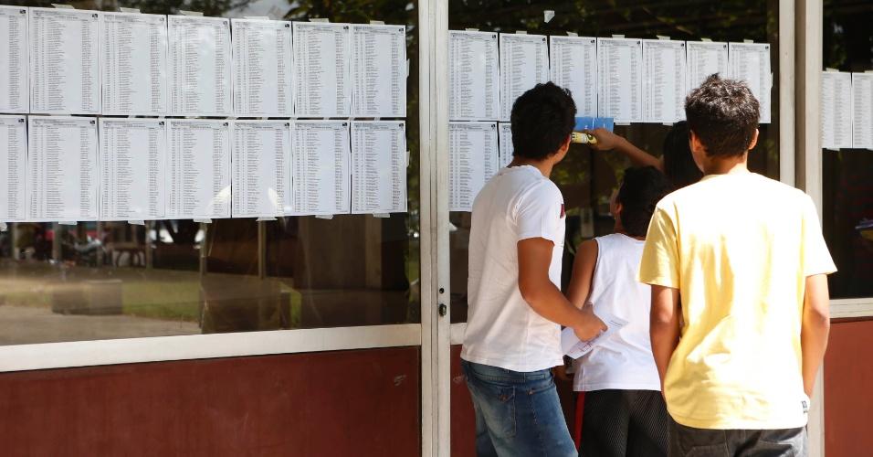 30.nov.2014 - Candidatos buscam localização da sala em que farão a prova da primeira fase da Fuvest, que seleciona para a USP (Universidade de São Paulo) no prédio da Poli-Civil na Cidade Universitária, zona oeste de São Paulo
