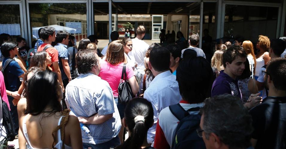 30.nov.2014 - Candidatos começam a entrar em local de prova da primeira fase da Fuvest, que seleciona para a USP (Universidade de São Paulo), no prédio da Poli-Civil na Cidade Universitária, zona oeste de São Paulo