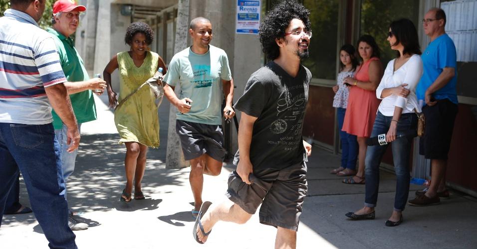 30.nov.2014 - Candidatos correm para chegar a tempo em local de prova da Fuvest 2015 na Cidade Universitária em São Paulo