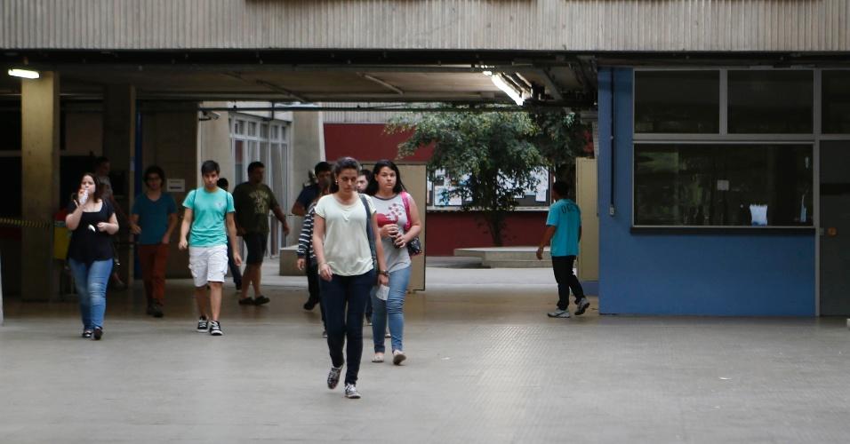 30.nov.2014 - Candidatos deixam o prédio da Escola Politécnica da USP (Universidade de São Paulo) depois de realizarem as provas da primeira fase da Fuvest