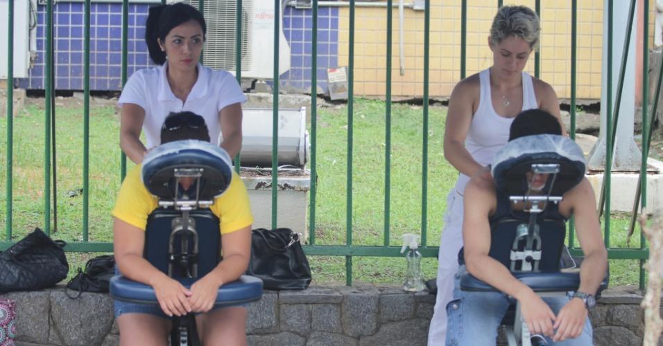 30.nov.2014 - Candidatos ganharam massagens enquanto aguardavam a abertura dos portões no campus da Unip Vila Mathias, em Santos, litoral paulista, para a primeira fase da Fuvest 2015. Nessa etapa 141.888 inscritos disputarão 11.177 vagas