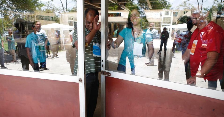 30.nov.2014 - Fiscais fecham a porta de entrada da Escola Politécnica às 13h; prova terá duração máxima de cinco horas