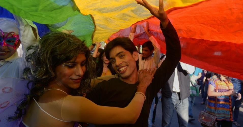 30.nov.2014 - Indianos ocupam as ruas de Nova Déli neste domingo (30) com bandeiras, cartazes e roupas coloridas, realizando a primeira Parada Gay da capital desde que o governo criminalizou a homossexualidade, no final do ano passado