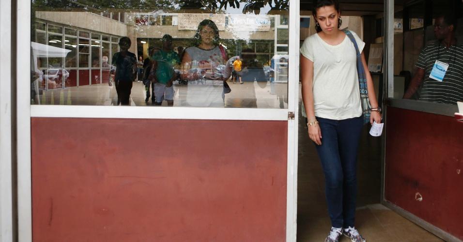 30.nov.2014 - Natália Rodrigues deixa local de prova da Fuvest 2015 em São Paulo