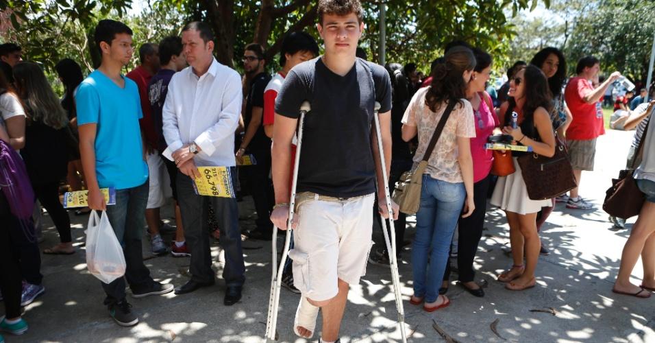 30.nov.2014 - O candidato Victor Pegini vai encarar a primeira fase da Fuvest 2015 com o pé machucado