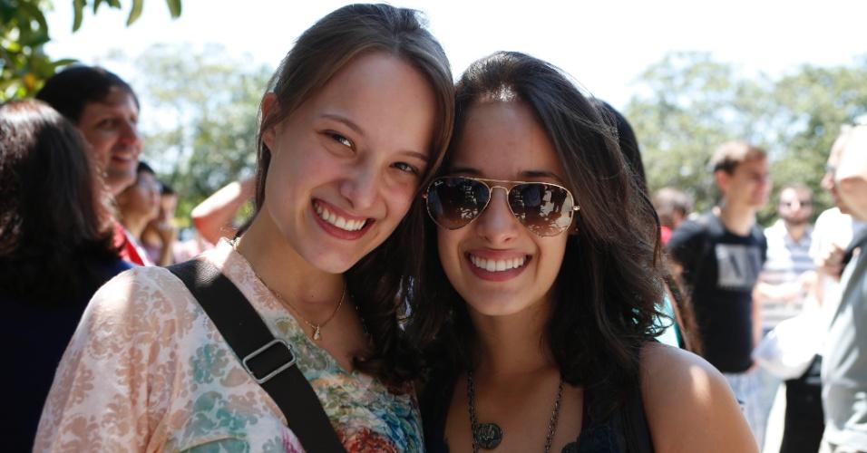 Letícia, 22, e Larissa, 19, são duas das estudantes que irão fazer neste domingo (30) a primeira fase da Fuvest na unidade da Escola Politécnica de engenharia civil, no campus da USP (Universidade de São Paulo). Mas as coincidências não param por aí: elas são irmãs, estudaram juntas no mesmo cursinho e pretendem, agora, ingressar no mesmo curso, administração.