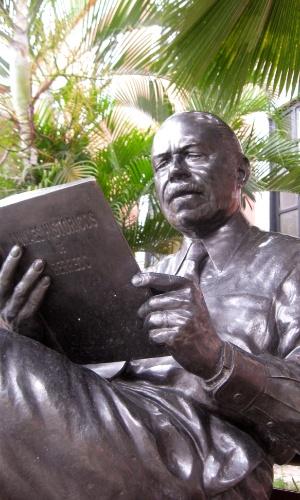 14.dez.2010 - Estátua em tamanho natural de José Sarney na Fundação José Sarney, em São Luis (MA)