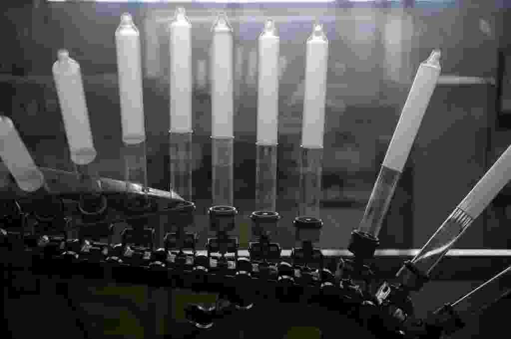 1º.dez.2014 - A produção de preservativos da Natex, em Xapuri (AC), gira em torno de 100 milhões de unidades por ano. Os preservativos são adquiridos pelo Ministério da Saúde, que realiza distribuição gratuita de camisinhas - Yasuyoshi Chiba/AFP