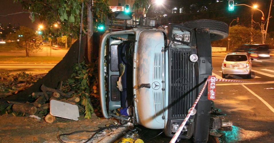 1.dez.2014 - Caminhão tombou na praça Cesar Washington Alves de Proença, na região do Jaguará, zona oeste de São Paulo. De acordo com a Polícia Militar, o motorista perdeu o controle do veículo depois da perda dos freios. Ao tombar, o caminhão atingiu dois veículos que passavam pelo local. Não houve vítimas, e o caso foi registrado no 91° DP