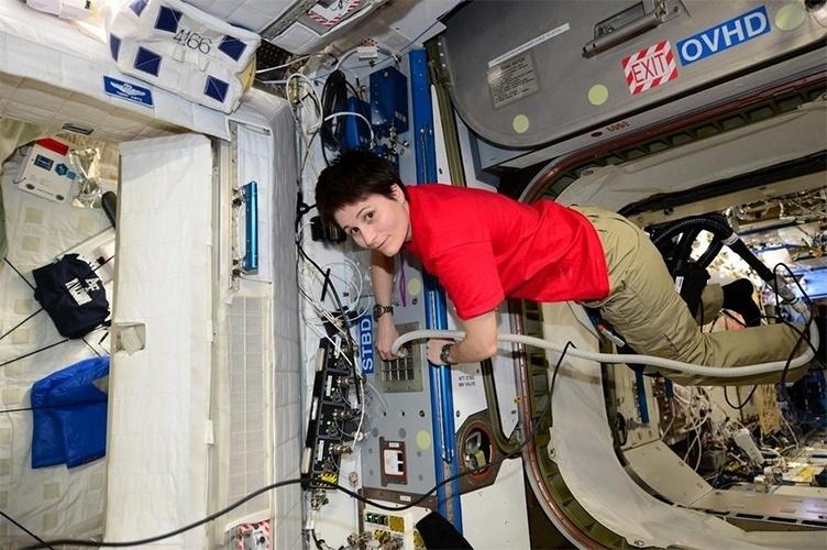 1º.dez.2014 - A astronauta Samantha Cristoforetti publicou uma imagem onde aparece limpando um dos módulos da Estação Espacial Internacional (ISS, na sigla em inglês). Segundo texto publicado em seu blog, cada astronauta fica responsável pela limpeza de um módulo. Samantha comemorou por não ter ficado responsável pelo banheiro e pelo local onde os astronautas praticam exercícios físicos, já que, segundo ela, são os mais difíceis de limpar