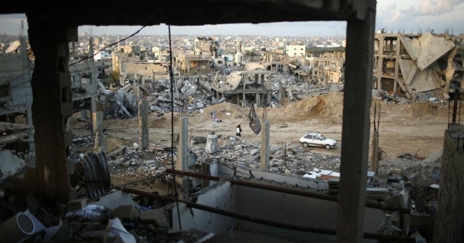 1º.dez.2014 - Imagem mostra ruínas de casas que foram destruídas por bombardeios israelenses durante conflito entre Israel e Hamas, no leste da faixa de Gaza, nesta segunda-feira (1º). De acordo com o ministro da Habitação, Mufeed al-Hasayna, é preciso 8.000 toneladas de cimento por dia para reconstruir os locais atingidos durante o combate, no entanto, Israel só deixa passar, no máximo, 2.000. Nesse ritmo, segundo ele, a reconstrução levaria mais de 30 anos