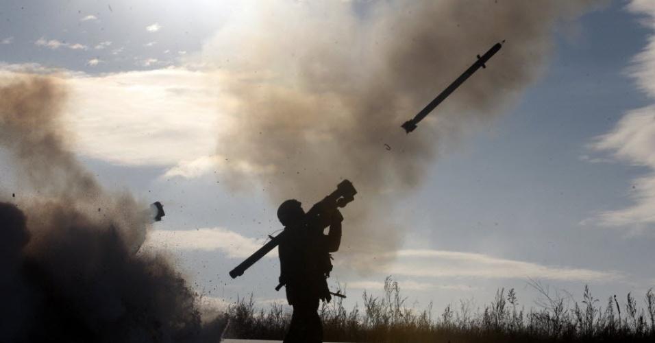 1º.dez.2014 - Soldado ucraniano dispara míssil com um sistema de defesa aérea portátil durante exercícios perto da cidade de Shchastya, norte de Lugansk; pelo menos três soldados ucranianos foram mortos e 14 ficaram feridos nas últimas 24 horas em que se intensificou o combate pelo controle do aeroporto de Donetsk