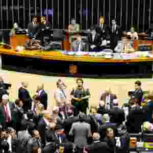 """2.dez.2014 - A sessão do Congresso Nacional para votar a manobra fiscal a que o governo recorreu para tentar fechar as contas de 2014 foi marcada pela troca de socos, empurra-empurra e muita gritaria. Após a interrupção de manifestantes, que gritavam """"PT roubou"""" e """"vá para Cuba"""", o presidente do Congresso, senador Renan Calheiros (PMDB-AL), mandou esvaziar as galerias do plenário, mas congressistas da oposição fizeram um cordão de isolamento para tentar impedir ação da Polícia Legislativa. A sessão foi suspensa - Gustavo Lima / Câmara dos Deputados"""