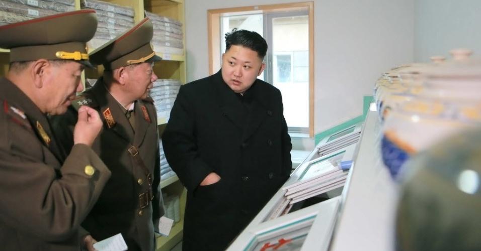 2.dez.2014 - Foto cedida pela KCNA (Agência Coreana Central de Notícias) nesta terça-feira (2) mostra o líder norte-coreano, Kim Jong Un (direita), durante visita de fiscalização à Companhia de Artilharia em Pyongyang, na Coreia do Norte