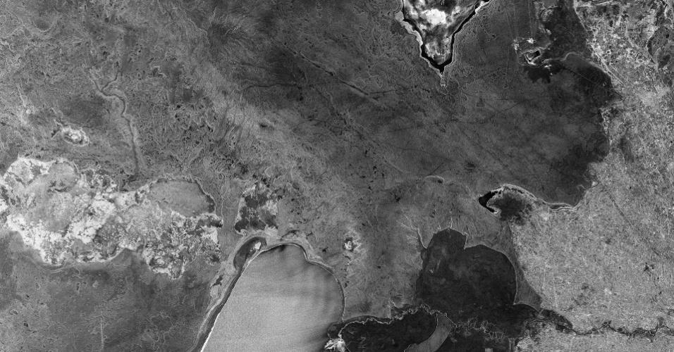 2.dez.2014 - Registro obtido por satélite e enviado por laser mostra a região da fronteira do semiárido entre o Usbequistão e Turquemenistão. Este tipo de tecnologia poderá abrir caminho para o envio de um grande volume de dados do espaço quase que instantaneamente para a Terra