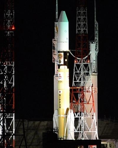 2.dez.2014 - Foguete é transferido para plataforma de lançamento no centro espacial de Tanegashima, da Jaxa (agência aeroespacial japonesa), no Japão, para lançar a sonda Hayabusa 2. A sonda, que demorará cerca de 3 anos e meio para alcançar seu objetivo, pretende colher desta vez pedras e areia do asteroide 1999JU3, que acredita-se que poderia abrigar água e substâncias orgânicas