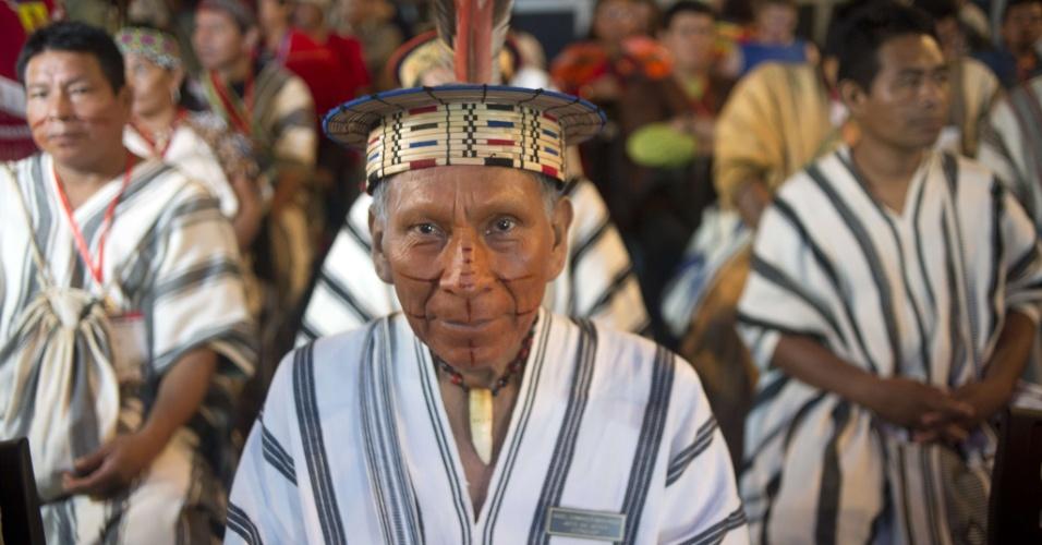 2.dez.2014 - Nativos indígenas peruanos participam da cerimônia de inauguração do Pavilhão Indígena durante a Conferência das Nações Unidas COP-20 em Lima, no Peru. A Conferência das Partes sobre Mudanças Climáticas servem como ponto de foco para a discussão do protocolo de Kyoto