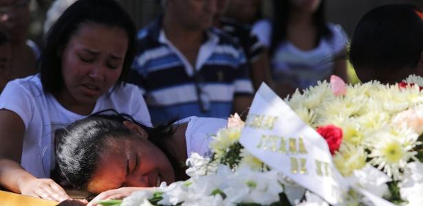 Vítima de bala perdida é enterrada no Rio