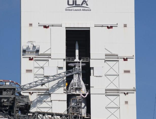 2.dez.2014 - Com as portas de acesso do Complexo de Lançamento Espacial 37 abertas desde o dia 24 de novembro, a nave espacial Orion e o veículo de lançamento Delta IV ficam visíveis mesmo dentro da Torre Serviço Móvel. A Orion vai fazer seu primeiro teste de voo no dia 4 de dezembro, sendo lançada de manhã no topo do foguete United Launch Alliance Delta IV Heavy. A sonda irá orbitar a Terra duas vezes, incluindo um ciclo que vai chegar a 5 793 km acima da Terra. Ninguém estará a bordo para este teste de voo, mas a nave espacial está sendo projetada e construída para transportar astronautas em missões de exploração no espaço profundo