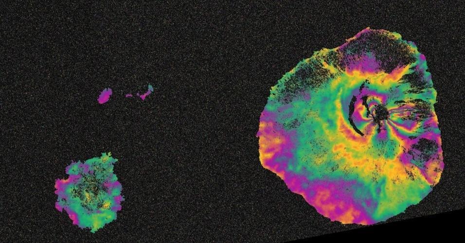 2.dez.2014 - O vulcão Pico do Fogo, localizado na ilha de Cabo Verde, entrou em erupção no dia 23 de novembro e continua em atividade, como mostra essa imagem feita pelo satélite Sentinel-1. Deformações no chão provocam mudanças de fase nos sinais do radar que aparecem com os padrões de cor de arco-íris. Resultados como esses estão sendo usados por cientistas para ajudá-los a mapear sistemas magmáticos de vulcões, realizar a modelagem de geofísica da mecânica de erupções e apoiar os esforços de socorro no terreno