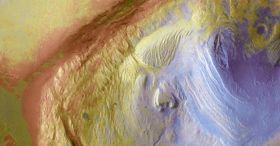 3.dez.2014 - A cratera de Gale forma um grande repositório natural da história geológica de Marte. Com a curadoria de artistas, fotógrafos e editores de fotografia, a Nasa reuniu uma série de imagens para compor a