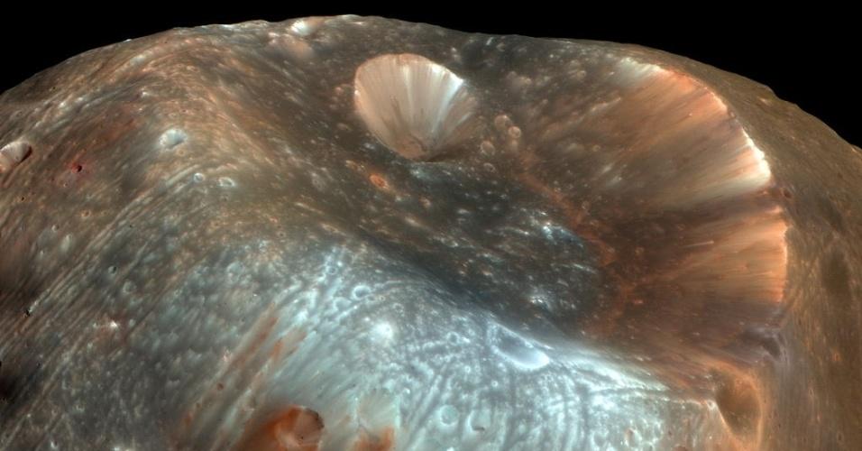 3.dez.2014 - Stickney é a maior cratera na lua marciana Phobos. Com a curadoria de artistas, fotógrafos e editores de fotografia, a Nasa reuniu uma série de imagens para compor a