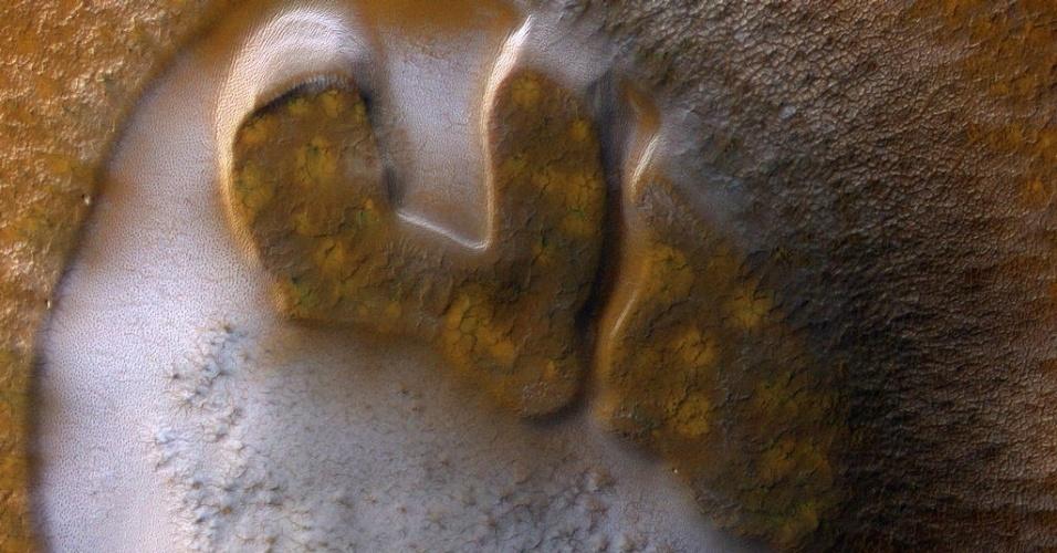 3.dez.2014 - Calotas polares de Marte sazonais são compostas principalmente por dióxido de carbono. Esta geada sublima, ou seja, passa do estado sólido para o gás, na primavera, aumentando a pressão da fina atmosfera de Marte. Com a curadoria de artistas, fotógrafos e editores de fotografia, a Nasa reuniu uma série de imagens para compor a