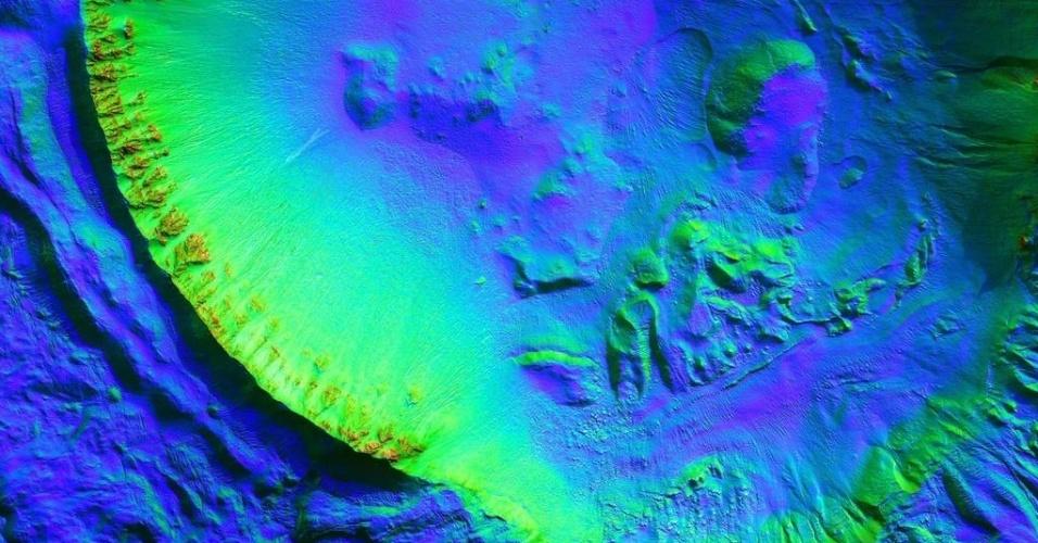 3.dez.2014 - Cratera de impacto com cerca de 8 quilômetros de diâmetro contém numerosas ravinas, o que poderia ser um sinal de água no estado líquido em Marte, de acordo com cientistas da Nasa. Com a curadoria de artistas, fotógrafos e editores de fotografia, a Nasa reuniu uma série de imagens para compor a