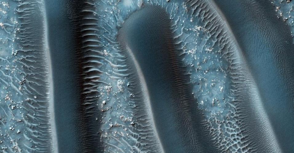 3.dez.2014 - Dunas de areia estão entre as características eólicas mais comuns presentes em Marte. A distribuição espacial e morfológica das dunas muda de acordo com a circulação e força dos ventos. Com a curadoria de artistas, fotógrafos e editores de fotografia, a Nasa reuniu uma série de imagens para compor a