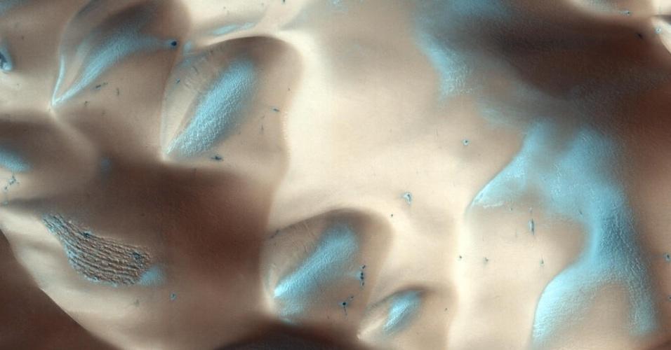 3.dez.2014 - Dunas são avistadas em crateras de Marte. Com a curadoria de artistas, fotógrafos e editores de fotografia, a Nasa reuniu uma série de imagens para compor a