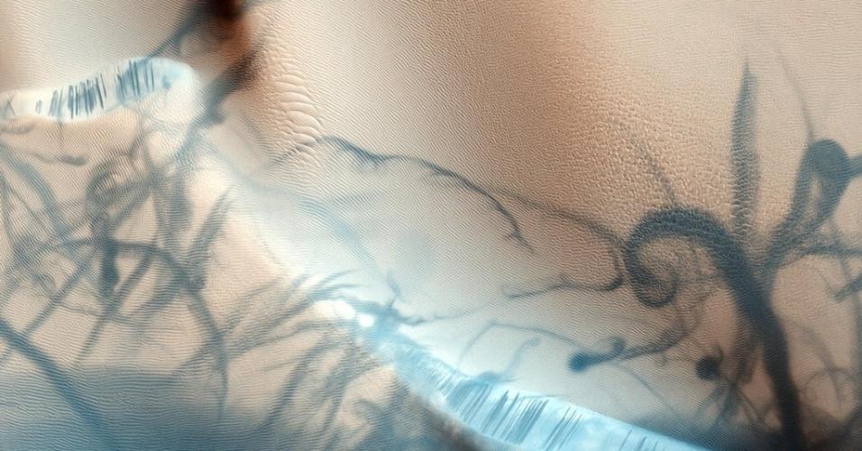 3.dez.2014 - Imagem mostra faixas de poeira em Marte que, muitas vezes, expõem materiais que ficam localizados logo abaixo da superfície. Com a curadoria de artistas, fotógrafos e editores de fotografia, a Nasa reuniu uma série de imagens para compor a