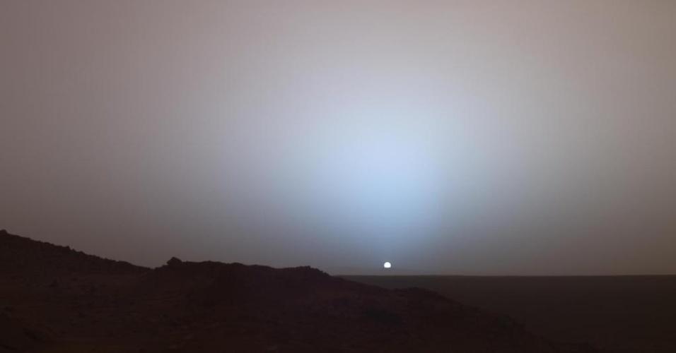 3.dez.2014 - Imagem obtida em 2005 mostra pôr do sol na cratera Gusev, em Marte. Com a curadoria de artistas, fotógrafos e editores de fotografia, a Nasa reuniu uma série de imagens para compor a