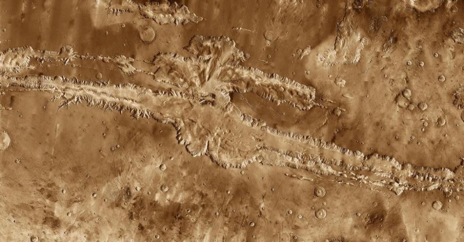 3.dez.2014 - Imagem obtida pela sonda Mars Odyssey mostra detalhes do sistema de cânions Valles Marineris, na superfície de Marte. Com a curadoria de artistas, fotógrafos e editores de fotografia, a Nasa reuniu uma série de imagens para compor a
