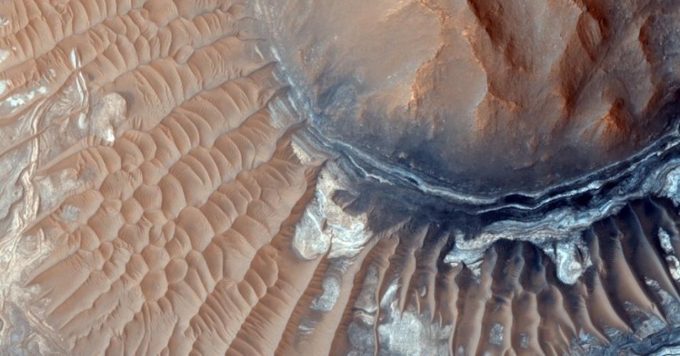 3.dez.2014 - Imagem obtida pela sonda Mars Odyssey revela camadas de Noctis Labyrinthus, em Aram Chaos, cratera de Marte. Com a curadoria de artistas, fotógrafos e editores de fotografia, a Nasa reuniu uma série de imagens para compor a