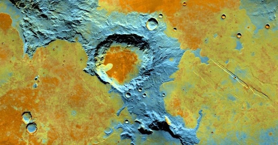 3.dez.2014 - Na borda sudoeste da região vulcânica de Tharsis, é possível ver lava dos vulcões gigantes nas crateras antigas de Terra Sirenum. Com a curadoria de artistas, fotógrafos e editores de fotografia, a Nasa reuniu uma série de imagens para compor a