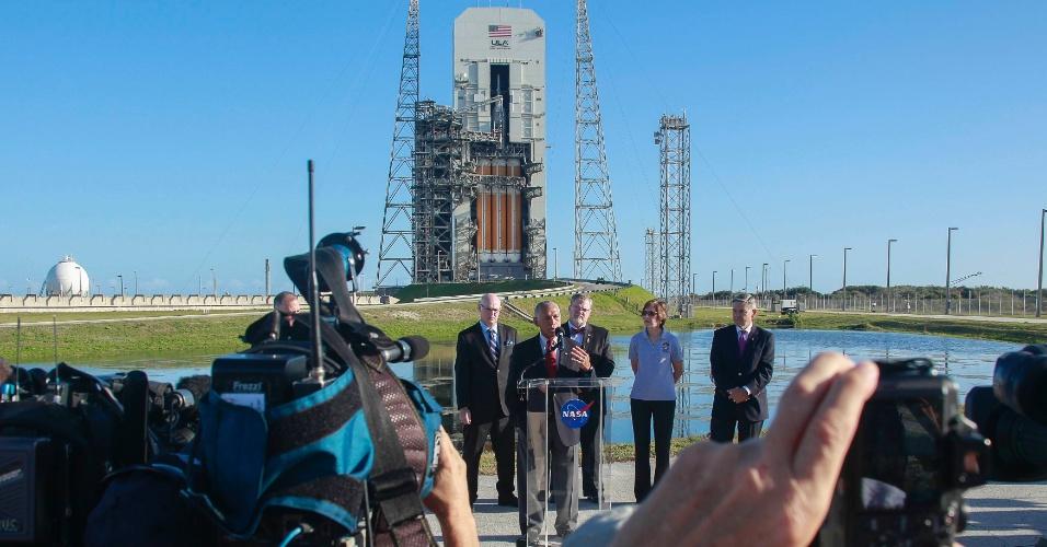 3.dez.2014 - O administrador da Nasa, Charles Bolden, fala com a imprensa próximo ao foguete Delta 4, que carrega a cápsula Orion, nesta quarta-feira (3), em Cabo Canaveral, na Flórida (EUA)