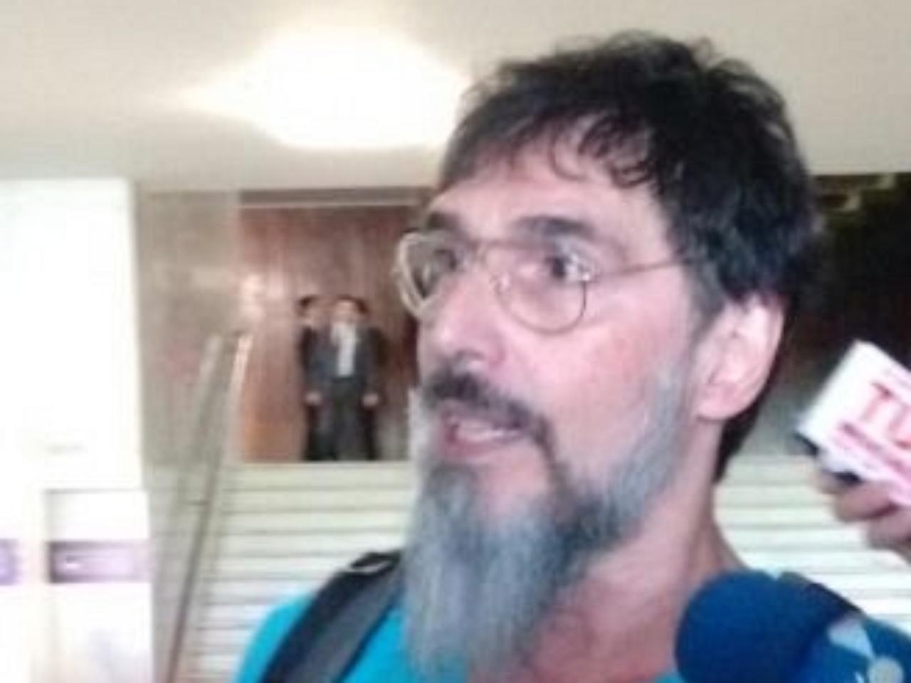 3.dez.2014 - O cantor Lobão chegou ao Congresso Nacional na manhã desta quarta-feira (3) para apoiar os manifestantes que foram expulsos das galerias na noite de terça-feira