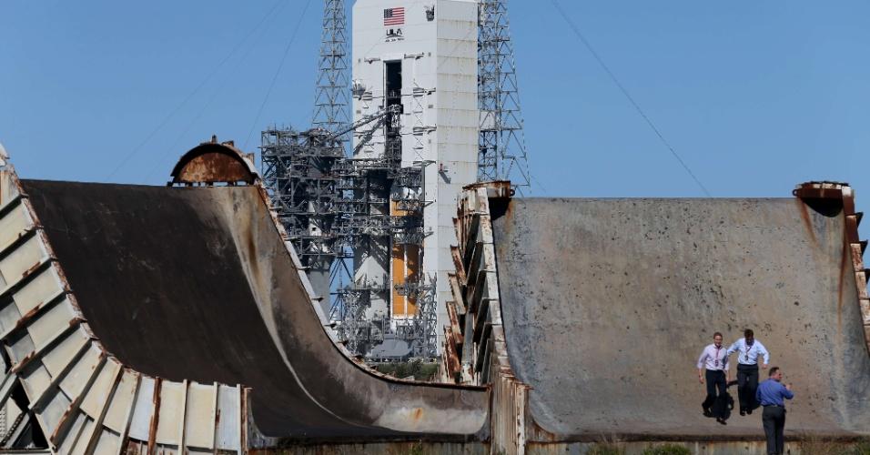 3.dez.2014 - O foguete Delta 4 é fotografado na base de lançamento da Nasa em Cabo Canaveral, na Flórida (EUA). O foguete carregará a cápsula Orion e seu lançamento está programado para esta quinta-feira (4) às 7h05 local (10h05 no horário de Brasília). A espaçonave não tripulada dará duas voltas em torno da Terra e alcançará 5.800 quilômetros de altitude, o que é 15 vezes mais distante que o ponto de órbita da ISS (Estação Espacial Internacional)